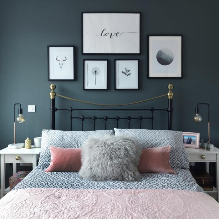 decoracionsalon pequeño, cuadros en la pared con inscripciones y diferentes imagenes, cama con manta rosa