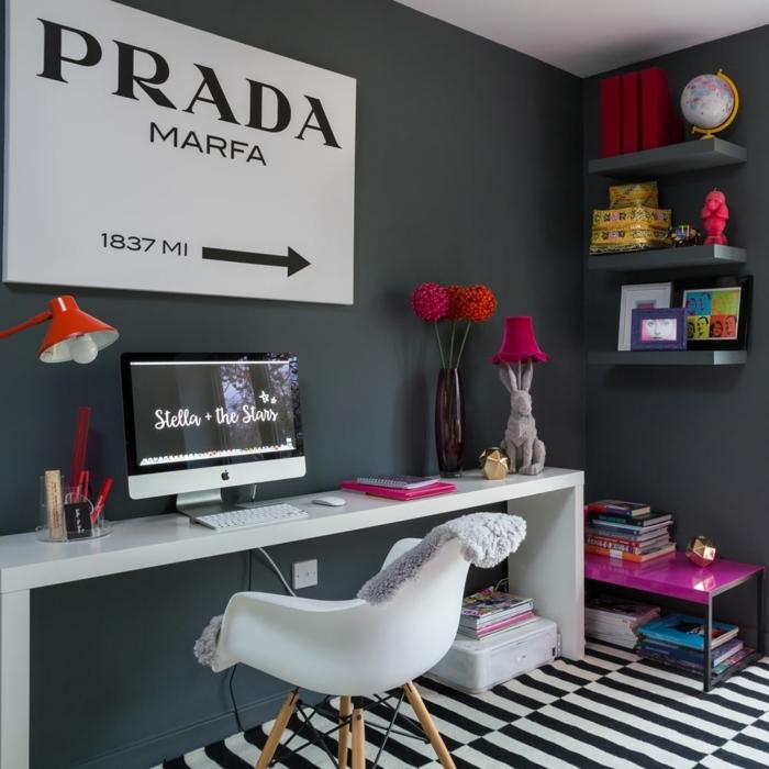 decoracion salon pequeño, suelo con alfombra en blanco y negro, inscripcion PRADA MARFA