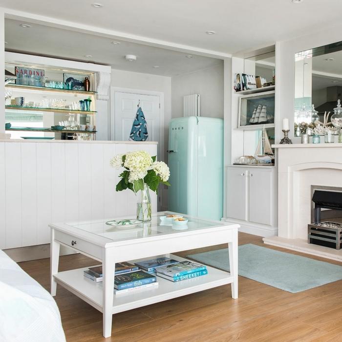 decoracion salon pequeño, salón con mesablanca, con suelo de parquet claro, nevera en azul claro