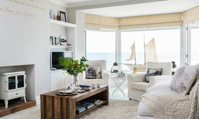 decoracion salon pequeño, con mesa de madera en marron oscuro, paredes en blanco con cortinas