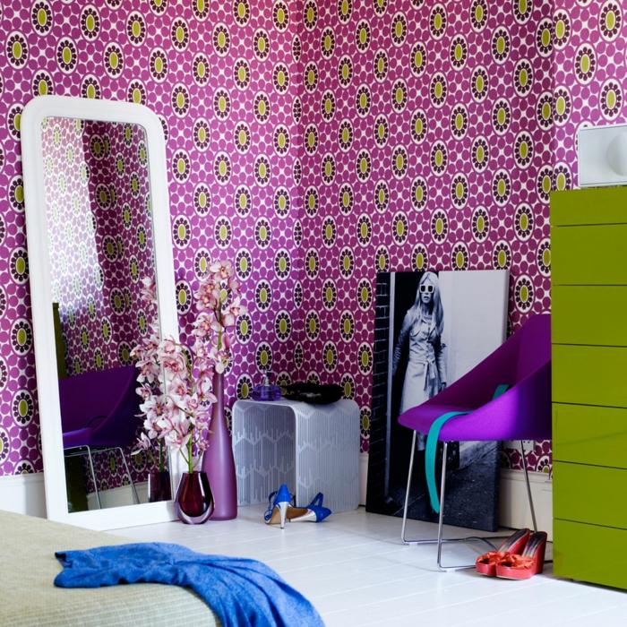 decorar salon pequeño, vinilo en color lila con circulos en verde, espejo largo y grande, armario verde