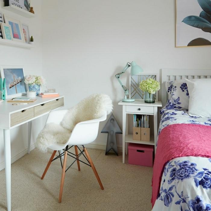 decoraciones para casas, cama con sábanas blancas con flores en color azul, habitación con paredes blancas