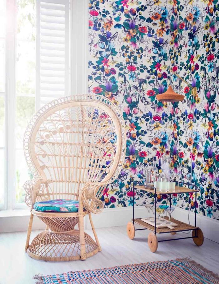 decoraciones para casas, silla de ratán, vinivilo de flores de colores en la pared, parquet claro en el suelo
