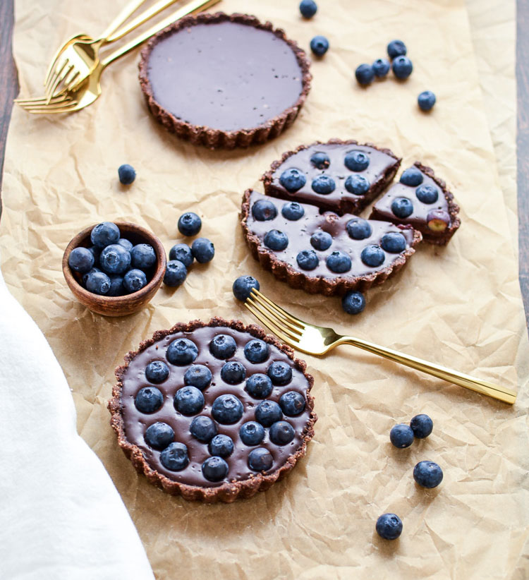 recetas de tartas faciles y rapidas sin horno en imágines, tarta de queso con arandanos, tarta con base de galletas de chocolate