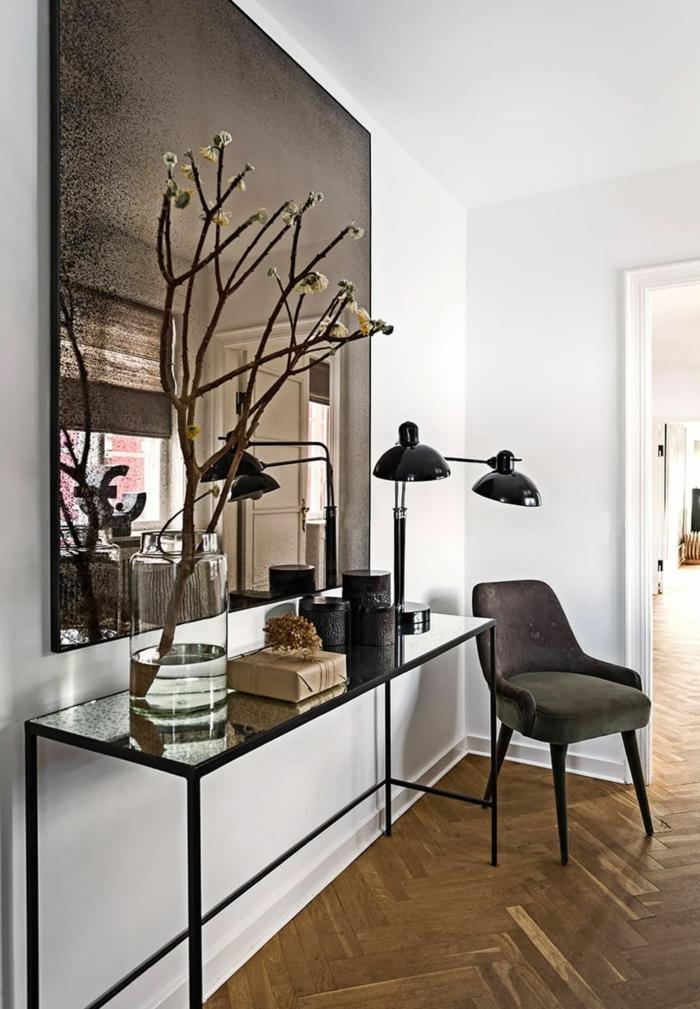 recibidores estrechos decorado en estilo moderno, espejo vintage grande, decoración de flores
