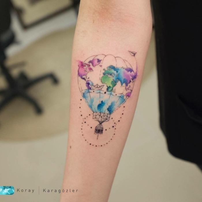paracaidas colorido tatuado en el antebrazo, pintura acuarela, ideas de tatuajes con significado
