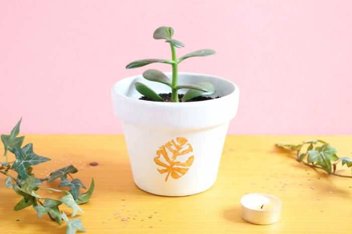 bonitos proyectos DIY, maceta decorada a mano con motivos botánicos, manualidades faciles para regalar
