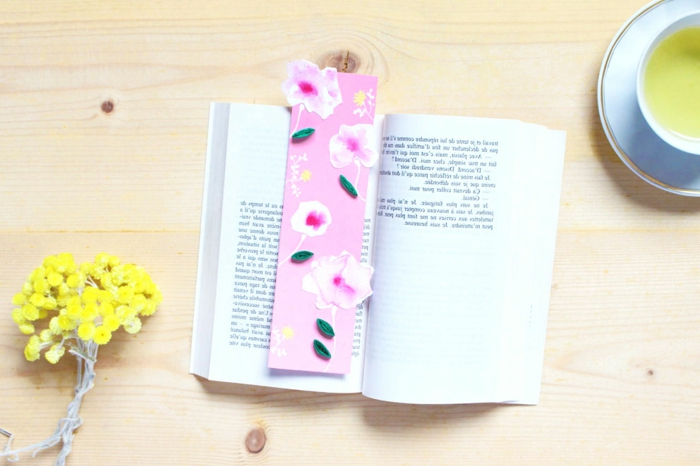 como hacer manualidades útiles y bonitas, marcarpáginas DIY con motivos florales en rosado