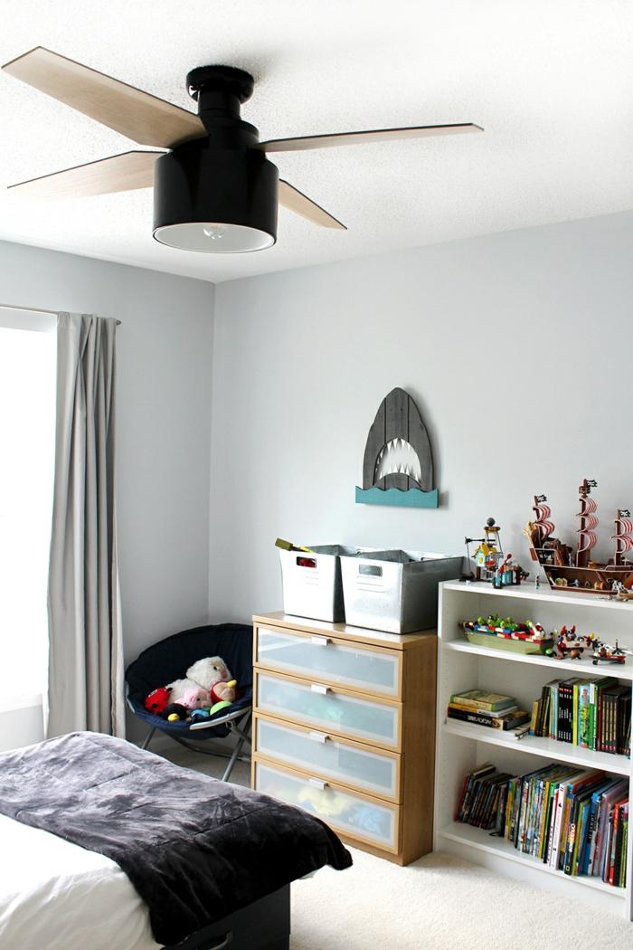 dormitorios infantiles, techo blanco con paredes en gris claro, armario para los juguetes