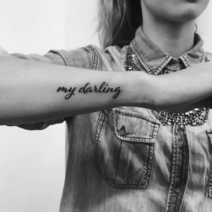 preciosas ideas de tatuajes brazo mujer con letras, ideas de diseños de tatuajes en el antebrazo