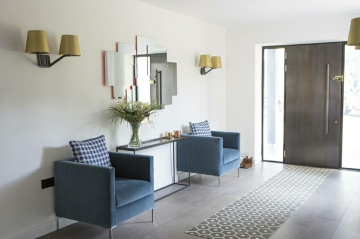 recibidores de casas con mucho encanto, sillones de terciopelo en azul, paredes en blanco y suelo de parquet