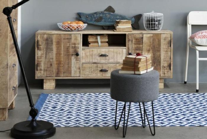 decoración de encanto en estilo rústico moderno, muebles de madera, taburete en gris, recibidores de casas