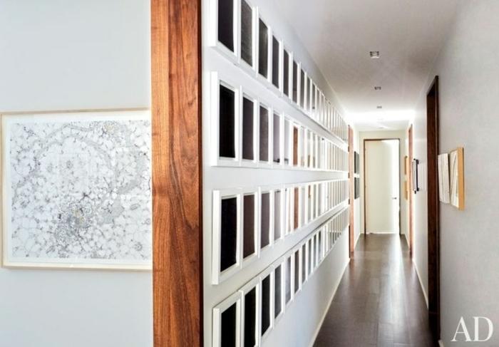 recibidores estrechos de encanto, corredor estrecho con paredes con galería de cuadros