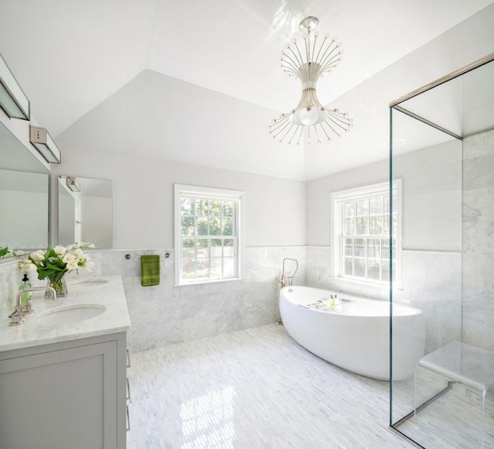 cuartos de baño de diseño decorados en blanco y gris, bañera exenta oval, espacio abuhardillado