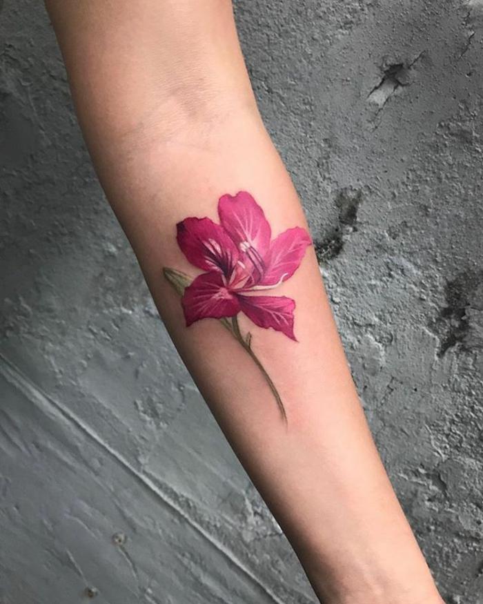 grande flor en morado tatuada en la mano, tatuajes brazo mujer de encanto, diseños de tattoos antebrazo