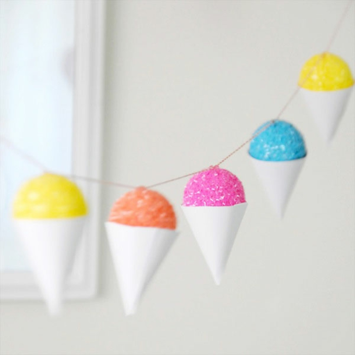 manualidades faciles para hacer en casa para fiestas de cumpleaños en verano, guirnalda con detalles en forma de helados