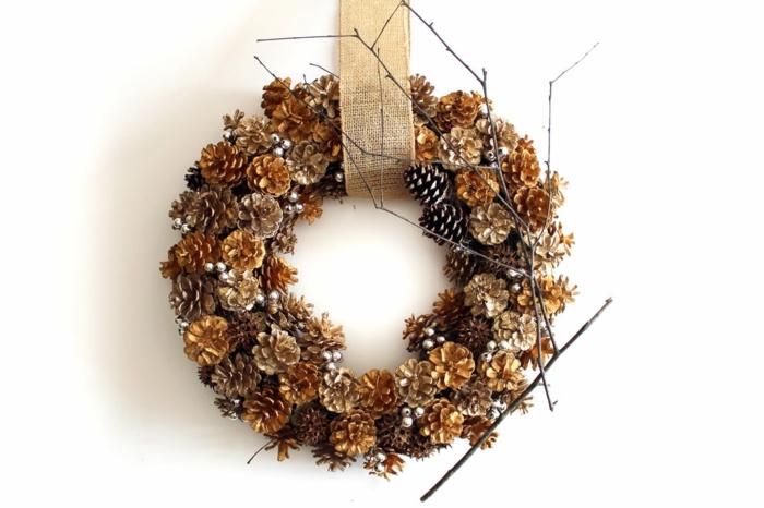 preciosa guirnalda hecha de piñas para decorar la casa en otoño, ideas de materiales para manualidades