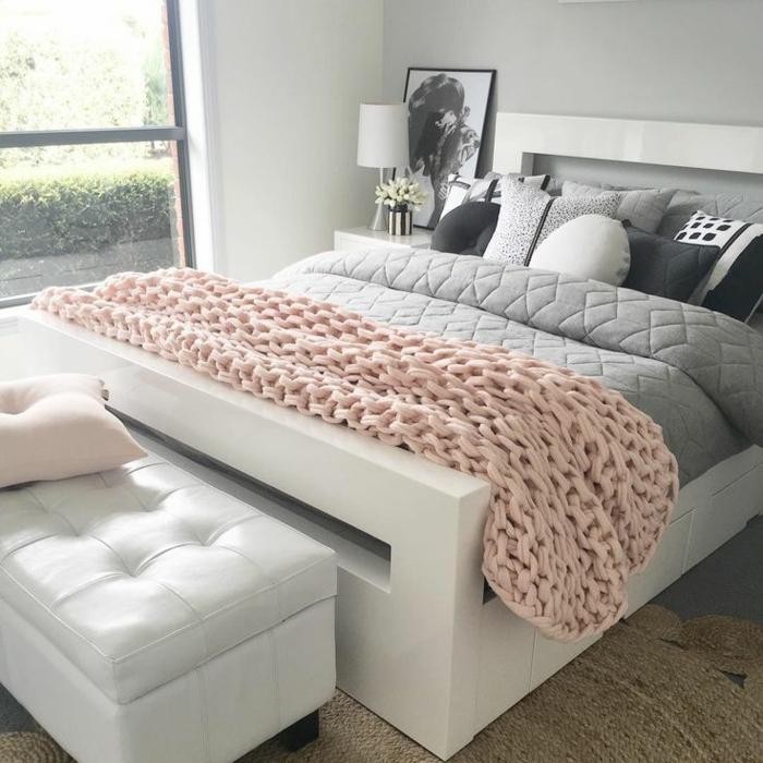 habitaciones juveniles,cama blanca con manta en color gris con muchos cojines en blanco, negro y gris