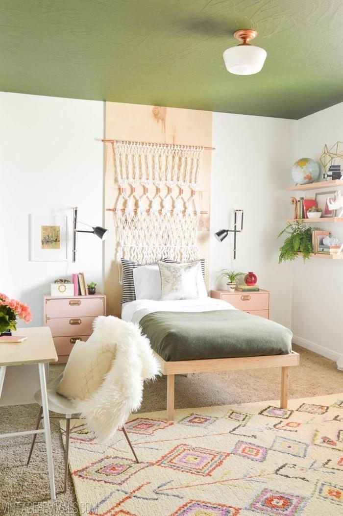dormitorios infantiles, cama con perro encima de ella, con sábanas en verde y con alfombra de color beige