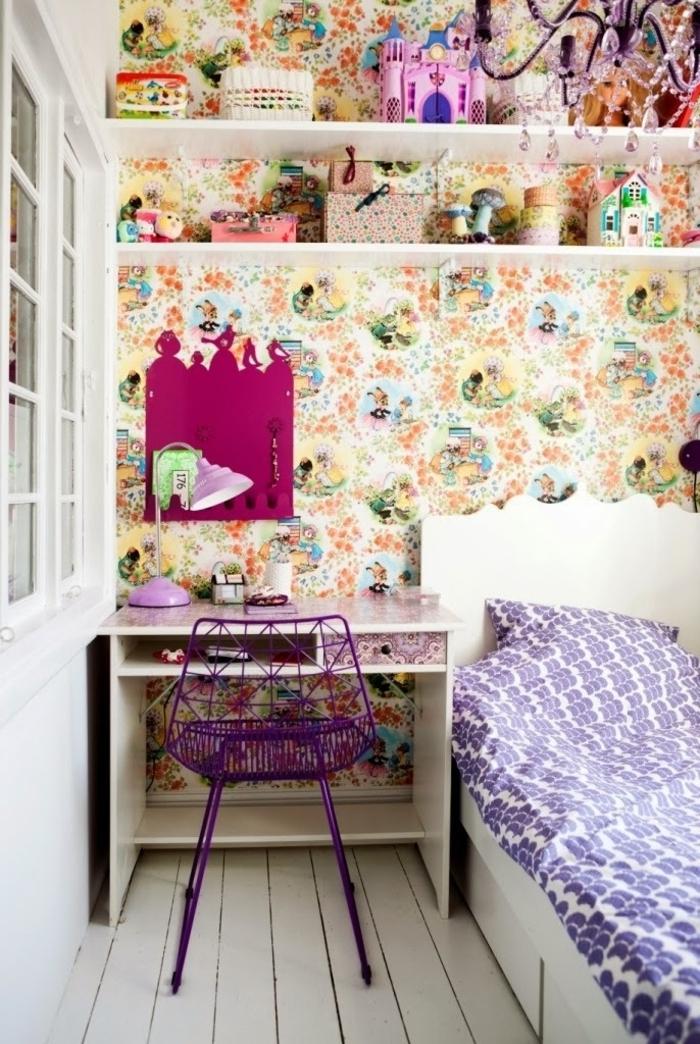 habitaciones juveniles, cama con sábanas en lila y blanco con escritorio blanco con silla metálica morada