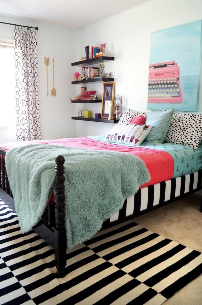habitaciones juveniles , alfombra de rayas en blanco y negro, cuadro con fondo azul y máquina para escribir