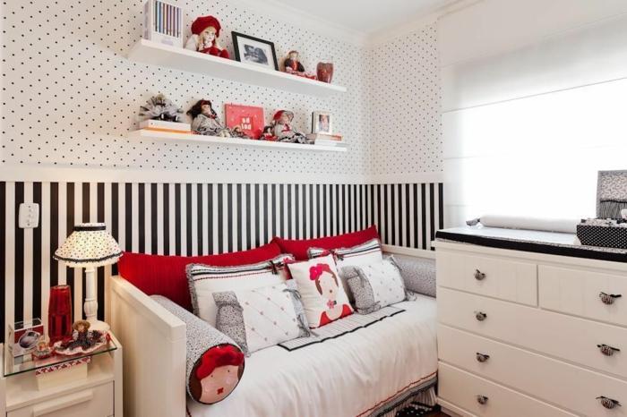 habitaciones juveniles , sofá en la habitación con caras de mujeres en el, armario blanco, estanterías en la pared