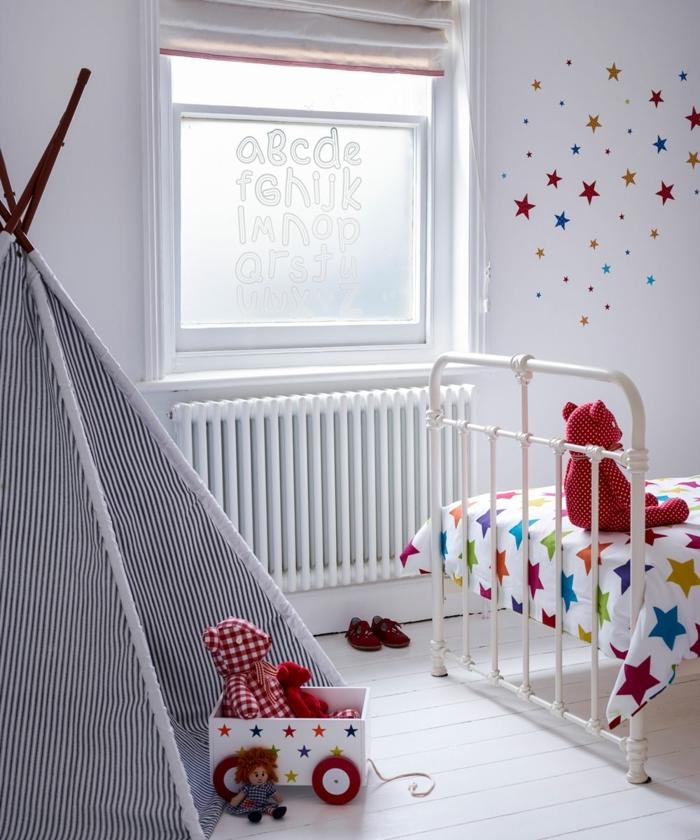 habitaciones juveniles, ventana con el abecedario en ellla, cama con sábanas de estrellas de colores