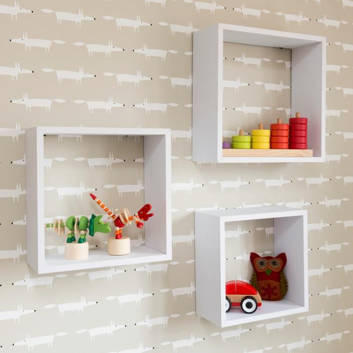 habitaciones juveniles , estantería de cuadros blanca con juguetes de madera de diferentes colores, buho