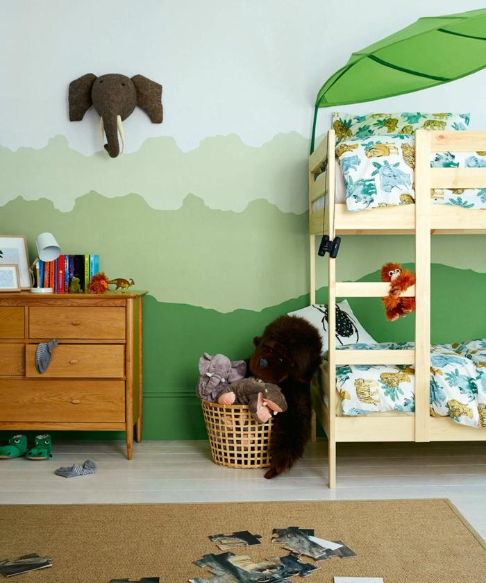 habitaciones juveniles , decoración al estilo de la jungla, camas dobles de madera, cabeza de elefante en la pared