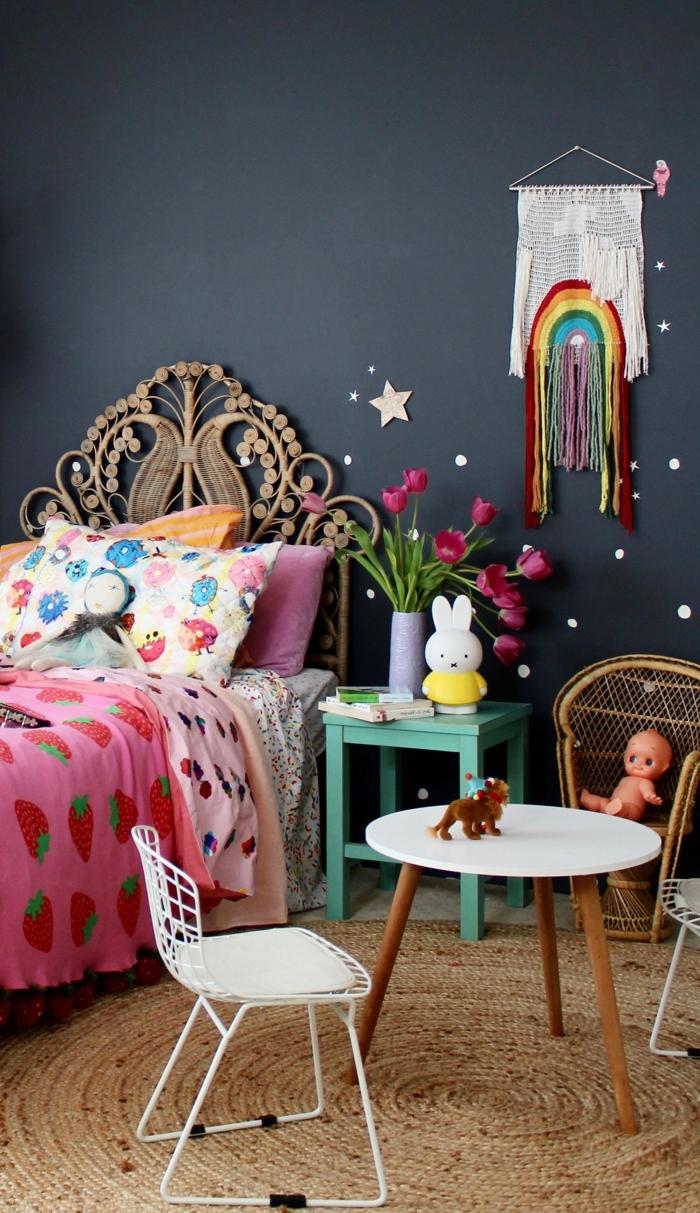 habitaciones juveniles modernas, pared en azul oscuro con decoración blanca con arcoiris en la pared
