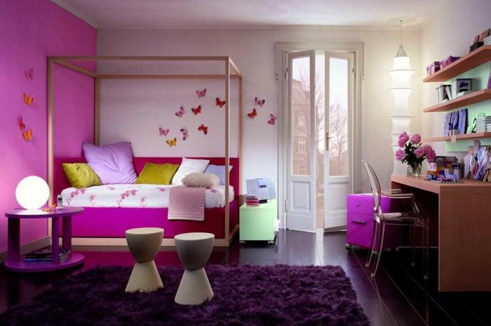 habitaciones juveniles niña, alfombra morada de pelos gordos con paredes en blanco y lila, sillas y terazza