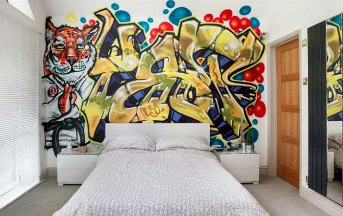 habitaciones juveniles modernas, pared con graffiti de colores, cama blanca con sábanas en gris y blanco