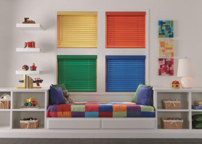 habitaciones juveniles modernas, cuatro ventanas con persianas de colores en amarillo, verde, azul y naranja