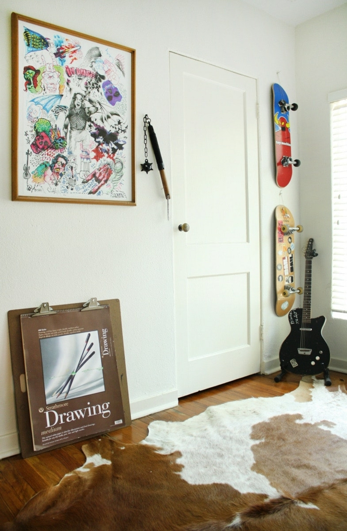 habitaciones juveniles modernas, alfombra de vaca en blanco y marrón con cuadro en la pared, scateboard