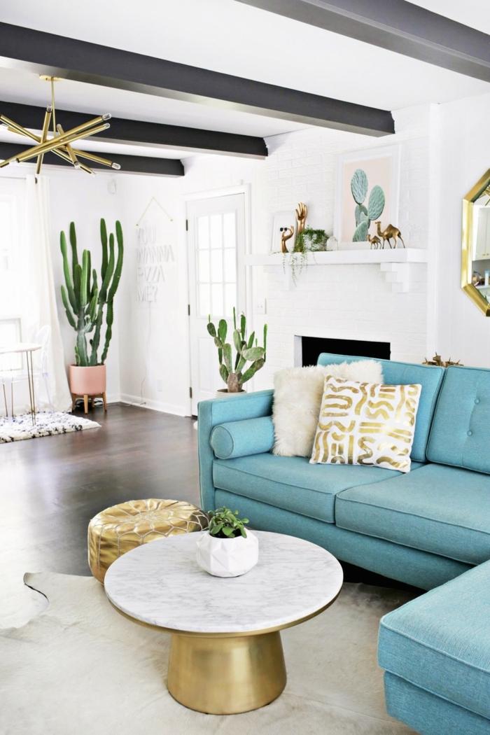 habitaciones juveniles modernas, sofá de color azul con cojínes en el con detalles dorados, mesa redonda