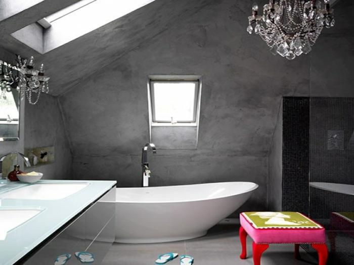 ideas de cuartos de baño de diseño en estilo vintage, espacio abuhardillado bañera moderna y candelabro vintage