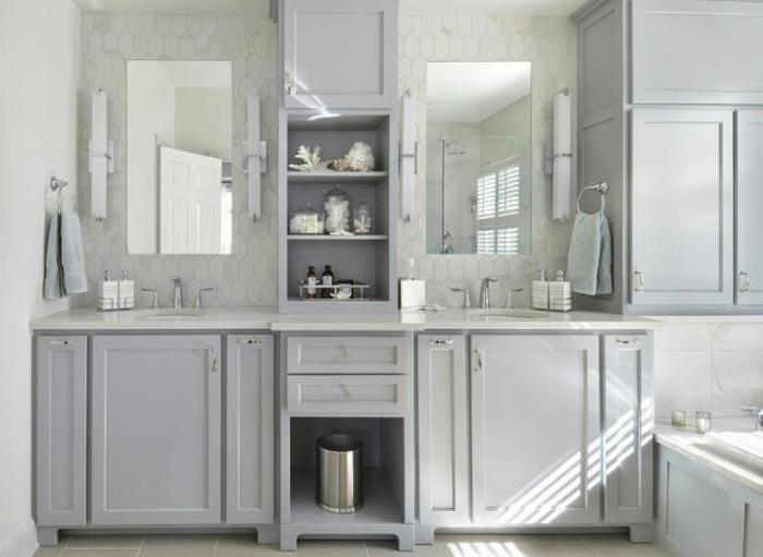 decoración en gris claro y blanco, cuarto de baño moderno y funcional con bañera empotrada