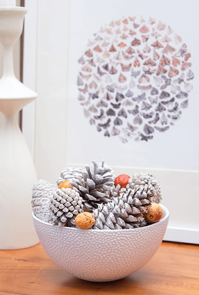 ideas de manualidades faciles de hacer en casa, decoración de encanto para el hogar, piñas pintadas en blanco