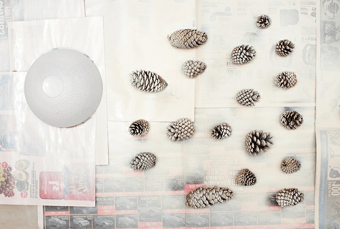 como hacer manualidades con piñas, piñas pintadas en blanco para hacer una decoración DIY