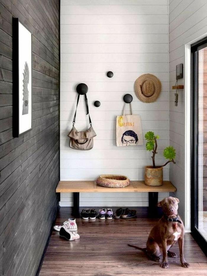 entraditas pequeñas decoradas con estilo, pequeño banco de madera, decoración en las paredes