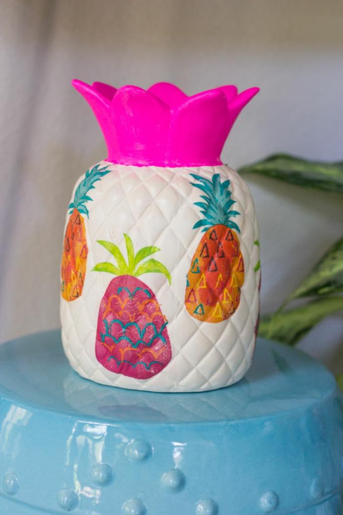 manualidades faciles para hacer en casa paso a paso, jarrón DIY decorado con piñas en colores llamativos