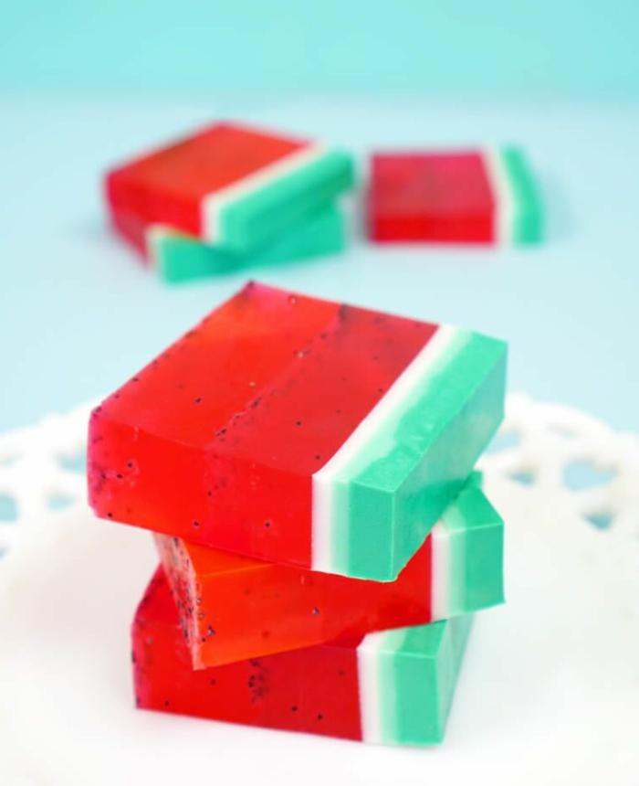 propuestas originales como hacer manualidades de verano para regalar, jabón pintado como sandía