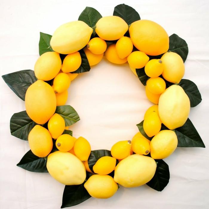 manualidades sencillas para adornar la puerta de entrada en verano, corona de limones artificiales