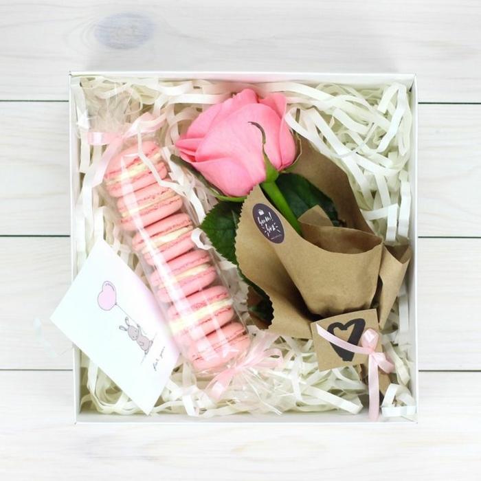 ideas para regalar a una amiga, caja con regalos, una rosa de color rosa y macarrones en abalorio transparente