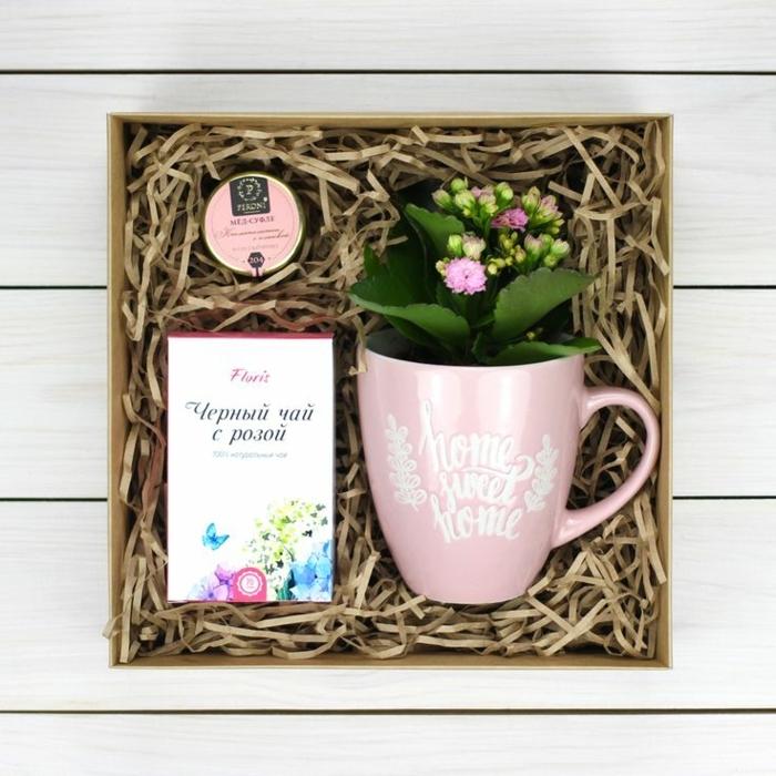 ideas para regalar a una amiga, taza de té con inscripción home sweet home en una caja de regalo con té negro