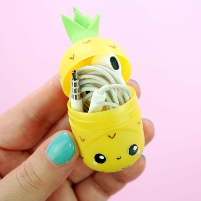 ideas para regalar a una amiga, caja de kinder surprise amarilla para guardar los auriculares