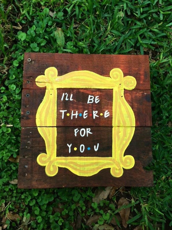ideas para regalar a una amiga, cartel de madera con inscripción de la serie Friends en el césped