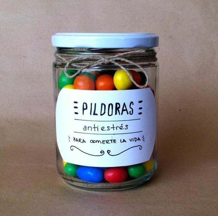 ideas para regalos de cumpleaños, bote de vidrio con bonbones de colores, pildoras antiestés para comerte la vida