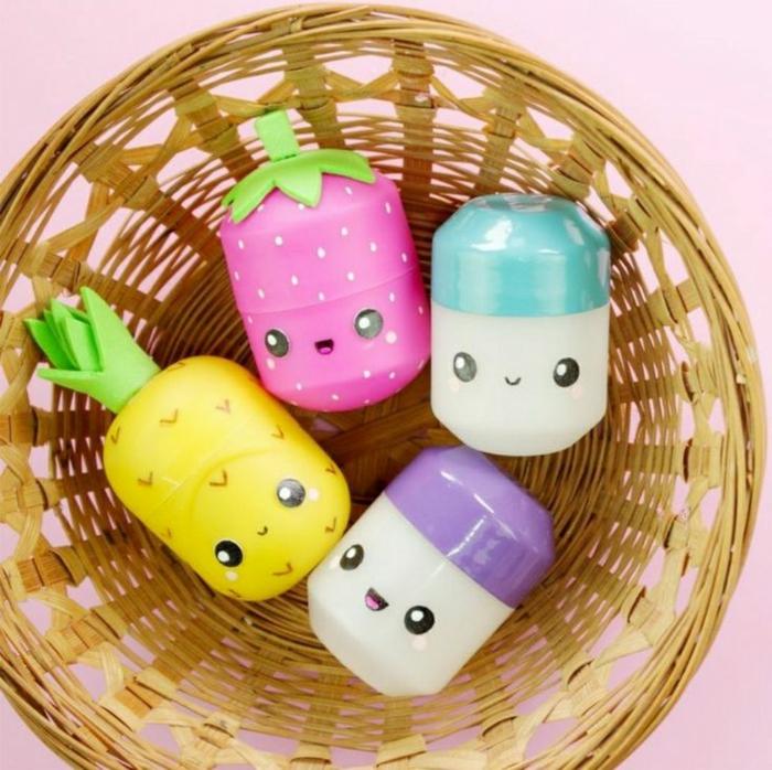 ideas para regalos de cumpleaños, cajas de huevos Kinder con pegatinas como ojos de diferentes colores