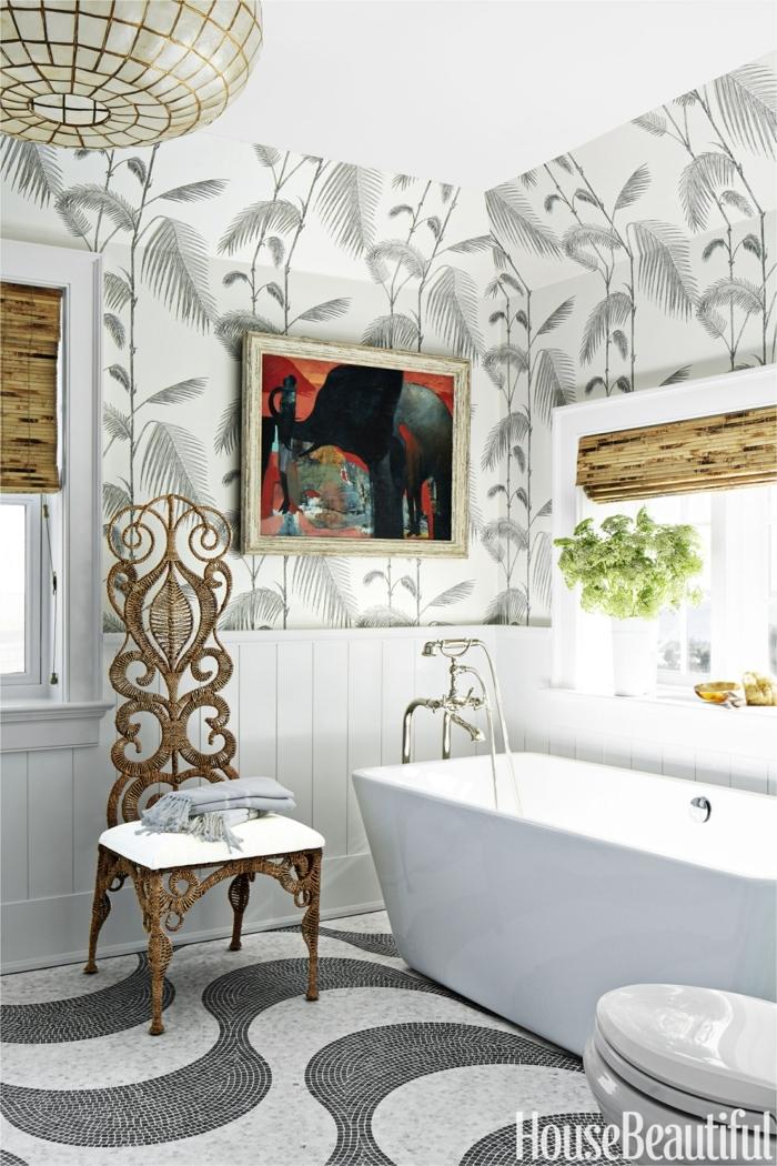 cuarto de baño decorado en estilo ecléctico con paredes decoradas con motivos botánicos